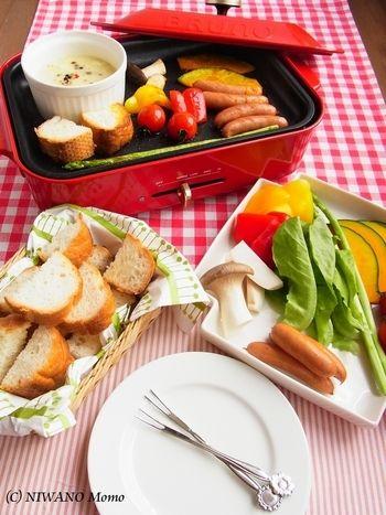 フォンデュ鍋がなくっても、手軽に作れます!ココットに入れたチーズを加熱しながら、ホットプレートにパンやお野菜も一緒に乗せて焼きます。熱々をみんなで楽しめて、パーティーも盛り上がりそうですね。