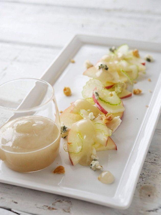 薄切りにしたりんごとセロリ、ブルーチーズとくるみを合わせた前菜に添えて。|『ELLE a table』はおしゃれで簡単なレシピが満載!