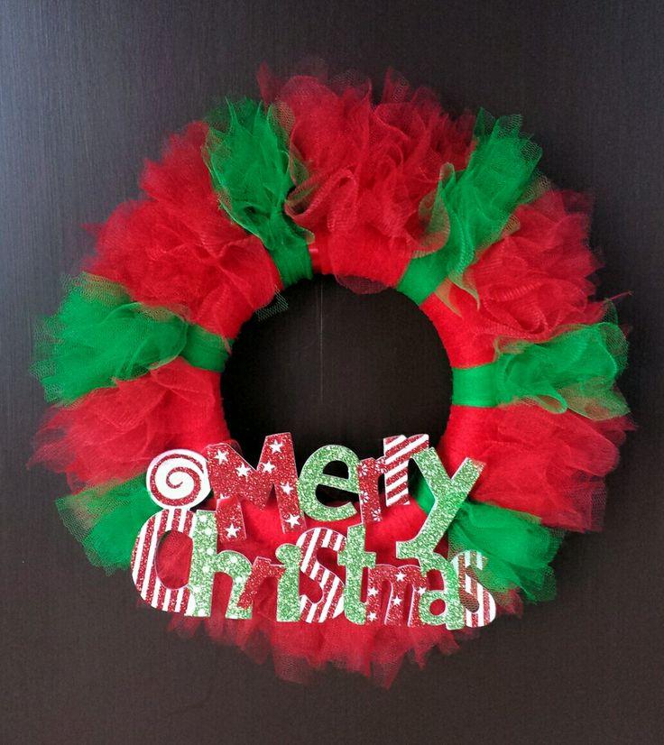 Corona natalizia con tulle e scritta di legno colorata