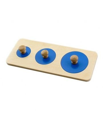 Puzzle de madera compuesto por tres círculos de diferentes tamaños. Este material ayuda a los más pequeños a discriminar visualmente según tamaño.
