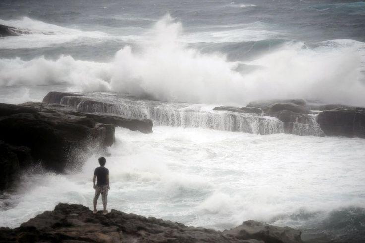 """Hohe Wellen peitschen nahe des japanischen Shirahama gegen die Küste. Der Tropensturm """"Nanmadol"""" arbeitet sich derzeit mit jeder Menge Wind, Sturm und Regen an der Ostküste des Landes nach Norden."""
