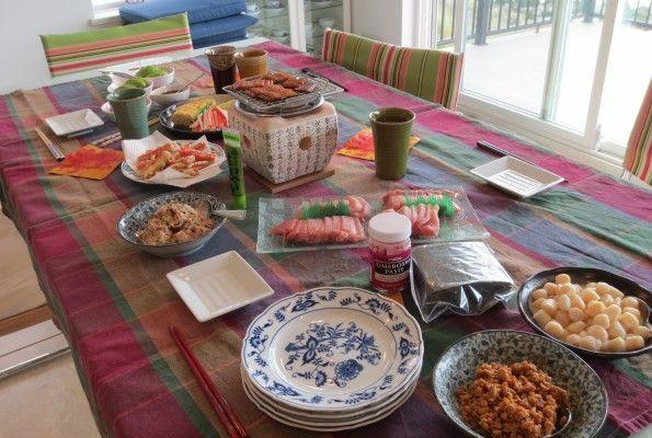 """父の日    母の日がカードとチョコレートだったので 仕返し。。。お、お返し。(^_^;)  手巻き寿司。  夕食だともっと太るのでランチタイムに。  先日の寿司パーティはサーモン以外はサラダのような子ども騙し寿司(彼ら所望)。 でも今回はマグロ、ホタテ、穴子、いか、納豆を加えて""""日本人寿司""""。  魚介類を食べられる幸せ。 幼い頃はその有り難みが分からなかった。  あぁ回ってていい。 鯵、鯛、赤いマグロ、ひらめ、ぼたんエビ、甘いうに、さんま。。。 思う存分食べたーい!!"""