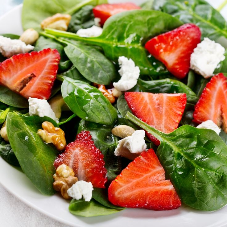 This spinach salad with strawberries recipe is topped with crunchy walnuts, soft feta and a delicious homemade balsamic salad dressing.