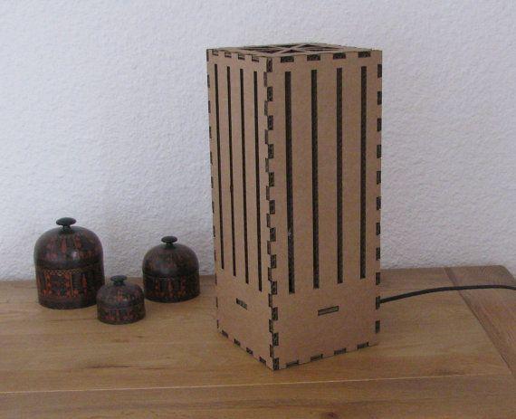Lampe moderne kubische Recycling-Karton  Diese Lampe modernen kubischen Karton wird Ihr Wohnzimmer aus ein warmes und industrielle Licht verbessern. Auf dem Boden oder auf einen Tisch gelegt werden.  Die Lampe wird im Kit geliefert, um sich mit video-editing zu montieren. Der Bausatz enthält: ein Strom Kabel und Schalter, einen Sockel E14, Elemente der Lampe in vorgestanzten Platten, eine Gebrauchsanleitung.  Abmessungen: 16 x 16 cm x 36 cm.  Material: Pappe  100 % made in Frankreich