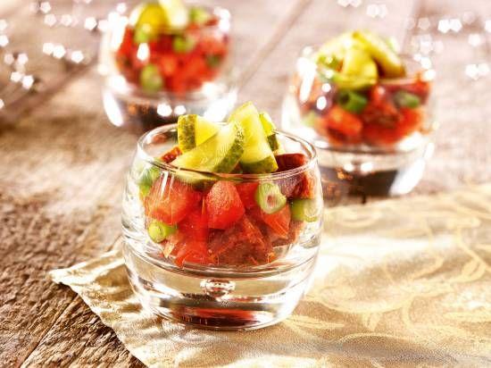 Amuse - Blokjes worst met gepofte paprika, lente-ui, augurk en bruno (recept)
