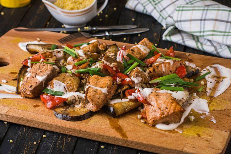 Рыбный дуэт с овощами, израильским кус-кусом и пикантным йогуртовым соусом. Лосось филе, треска филе, баклажан, перец болгарский, кус-кус жемчужный, йогурт, паста чили, семечки чищенные, зира, кинза, паприка копченая, терияки соус, лайм, лук зеленый. Готовить изысканные ресторанные блюда легко с ВкусНаДом!) Заказ можно сделать на сайте http://vkusnadom.ru/ или в группе в вк https://vk.com/vkusnadom