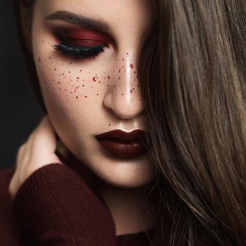 Pro tip* Match your freckles to your lipstick 😝😘 Monochrome Oxblood Details | Highlight 😍 @anastasiabeverlyhills 'That Glow' #GlowKit. Lips, freckles, eyeshadow base: @smashboxcosmetics #LiquidLipstick in 'Miss Conduct'. Eyeshadow: @sugarpill 'Love +' and the @sauceboxcosmetics Étude Palette. Lashes: @shopvioletvoss 'Eye Donut Care'. Blush: the new @nyxcosmetics Sweet Cheeks blush palette.