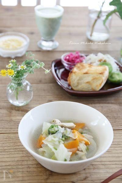 塩鶏から出る旨みと塩だけで作る減塩にもなる優しい味のスープです。圧力鍋で作るので短時間で野菜もやわらか、オクラのとろみもありお子様からお年寄りまで食べやすいレシピです。朝食やスープがメインのダイエット献立にも。【カロリー1人分(1/6):92kcal 食塩相当量1g】