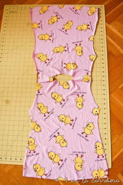 ¡Hola!     Hoy os voy a explicar cómo suelo hacer para coser prendas sencillas sin patrón. Además, os explico, paso a paso, cómo co...