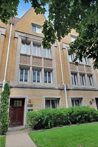 Check out the 7 Frank Lloyd Wright homes for sale in the Chicago area - The Roloson Houses were the only row houses that Wright designed, and one is up for sale.