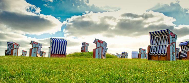Ob als private Ruhe-Oase oder zum Wind- und Wetterschutz: Zum Ausflug an einen Norderneyer Strand gehört ein eigener Strandkorb einfach dazu. Strandkörbe können Sie direkt an jedem der fünf Strände Tageweise oder für Ihren gesamten Aufenthalt auf Norderney mieten. Auf der Liegewiese vor unseremHotelMeerBlickD21 finden Sie außerdem zwei hoteleigene Strandkörbe, die exklusiv für Sie reserviert sind.