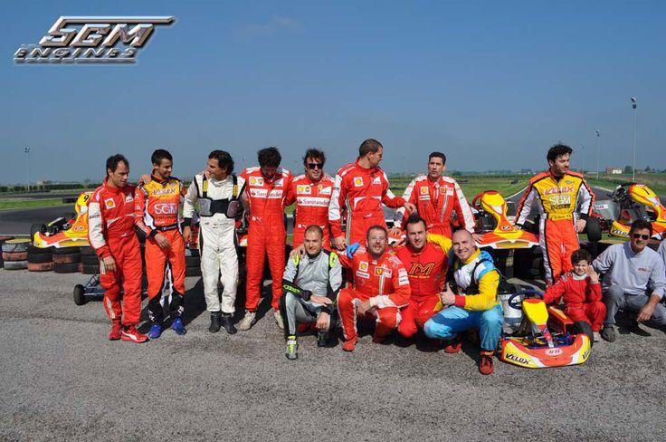 Foto di gruppo Fernando Alonso con i ragazzi della Scuderia Ferrari di Formula 1