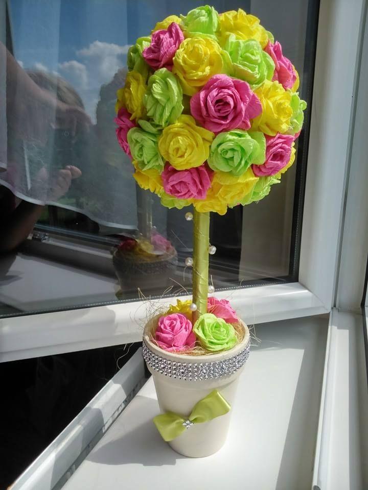 Drzewko z róż z krepiny, piękna dekoracja okna