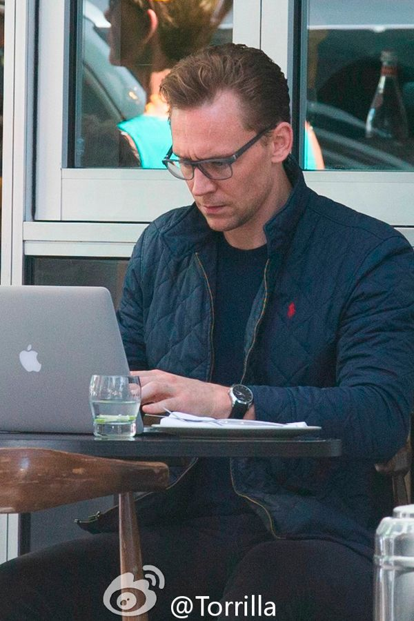 Tom Hiddleston was seen having a solo Sunday lunch on Gold Coast on October 16, 2016. Tom was seen sitting at the bar while waiting to get a seat, before moving to a table outside, where he was seen working on his laptop while eating. Source: Torrilla. Click here for full resolution: http://ww4.sinaimg.cn/large/6e14d388gw1f8ua91kppwj216k0sd48b.jpg