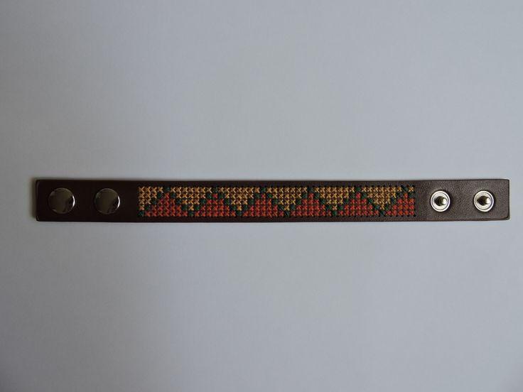 Bracelet en simili cuir brodé aux points de croix : Bracelet par nathalieetsescreations