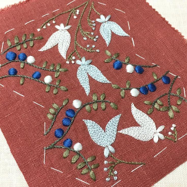 やっと完成✨ . 配色が難しくて刺し直したりしてたら時間がかかってしまいました . ヤブミョウガとユキノシタをベースに図案化しました . #刺繍 #ハンドメイド #手芸 #刺繍部 #花 #木の実 #ボタニカル #野の花 #雑草 #ヤブミョウガ #ユキノシタ #embroidery #handmaid #sewing #flower #wildflowers #weed