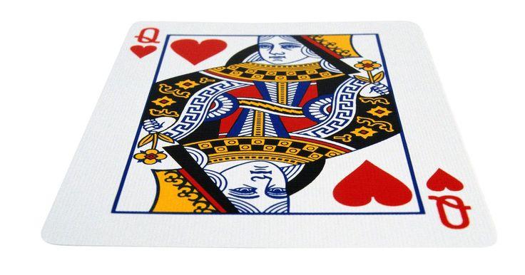 Fatos sobre a carta da rainha vermelha de copas. A Rainha de Copas é um membro normal do baralho inglês de cartas que é usado em todo o mundo. Além de seu significado simbólico e do jogo, a Rainha de Copas tornou-se uma figura cultural na literatura e no cinema.