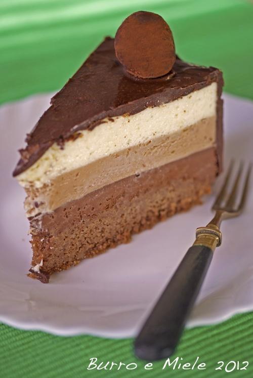 La torta ai tre cioccolati era una magnifica specialità di una pasticceria buonissima che ho sotto casa. Purtroppo da quando hanno cambiato pasticcere non la fanno più. Trovare la ricetta è stato un vero colpo di fortuna! Riuscire a realizzarla tutto un altro paio di maniche...