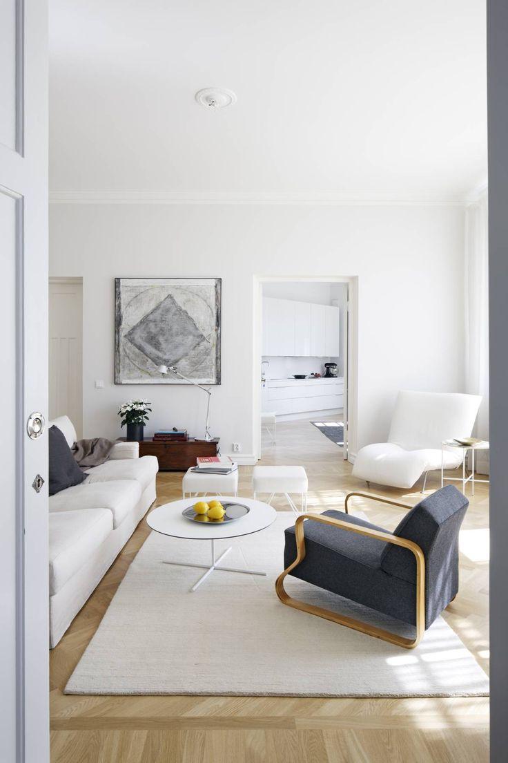 Ahti Lavosen hopeatekniikkatyö on vuodelta 1965. Valaisin on Artemiden. Arkku on peritty isovanhemmilta. Valkoinen lepotuoli on Ligne Rosetin ja sohva Moltenin mallistoa. Alkuperäinen Artekin tuoli on 1950-luvulta. Matto on Ikeasta.