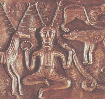 ケルヌンノスは「角あるもの」とか「先のとがったもの」という意味。「ケルヌンノスはケルト世界において、ローマ=ケルト時代とその前の時代に現れた、枝角を生やした神のほかの多くのイメージを確定するのに役立つ」(ケルト神話・伝説事典)。 グネストルップの大釜の浮彫(前4〜3世紀)。
