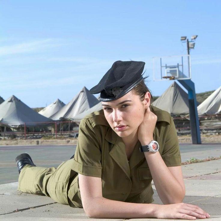 Gal Gadot quando servia no Exército de Israel.