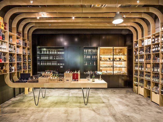 Fotogalerie: Obchod Kratochvílovci: žebra z překližky nahrazují regály na víno, v nichž jsou...