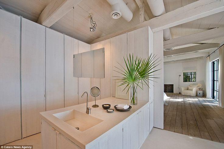 Méga maison de Calvin Klein : le mobilier clairsemé, mais excentrique, un miroir suspendu inhabituel dans l'une des impressionnantes salles de bains