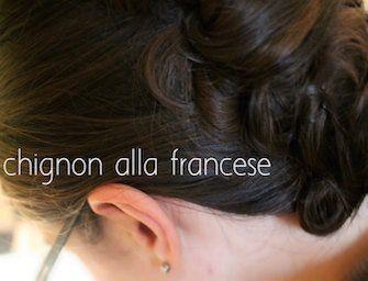 Lo chignon alla francese è l'acconciatura ideale per capelli di media lunghezza. Con il nostro video tutorial imparerai a farlo da sola.