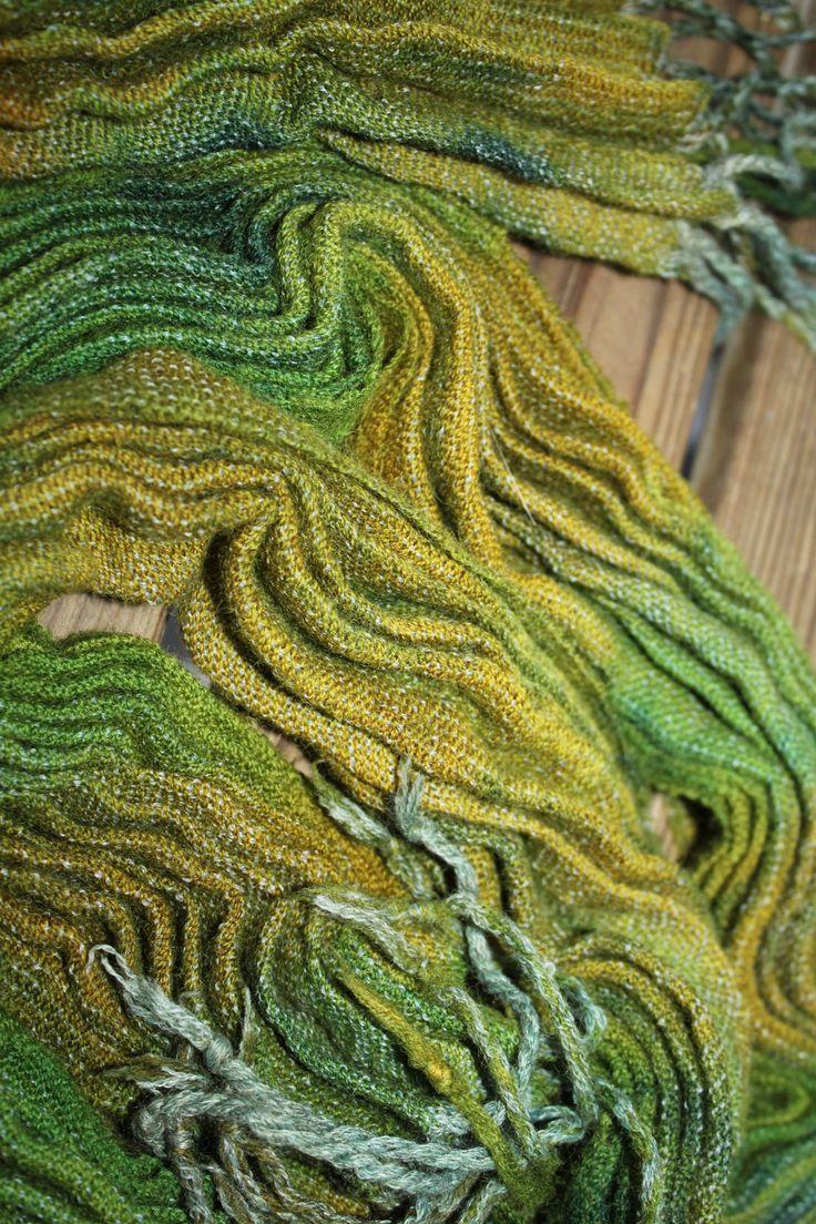 Kudottu kaulahuivi, sidos palttinaa. Huivi on värjätty teollisilla väreillä. Värjäyksen aikana huiviin kiristetty langoilla laskokset.