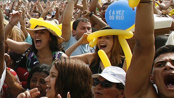 Brasilialaiset riemuitsevat Cobacabana-rannalla Rio de Janeirossa saatuaan tietää, että kesäolympialaiset vuonna 2016 järjestetään Riossa.
