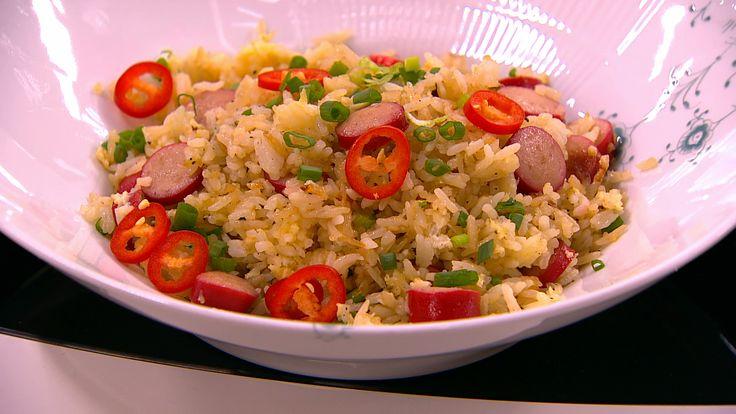 Stegte ris med røde pølser