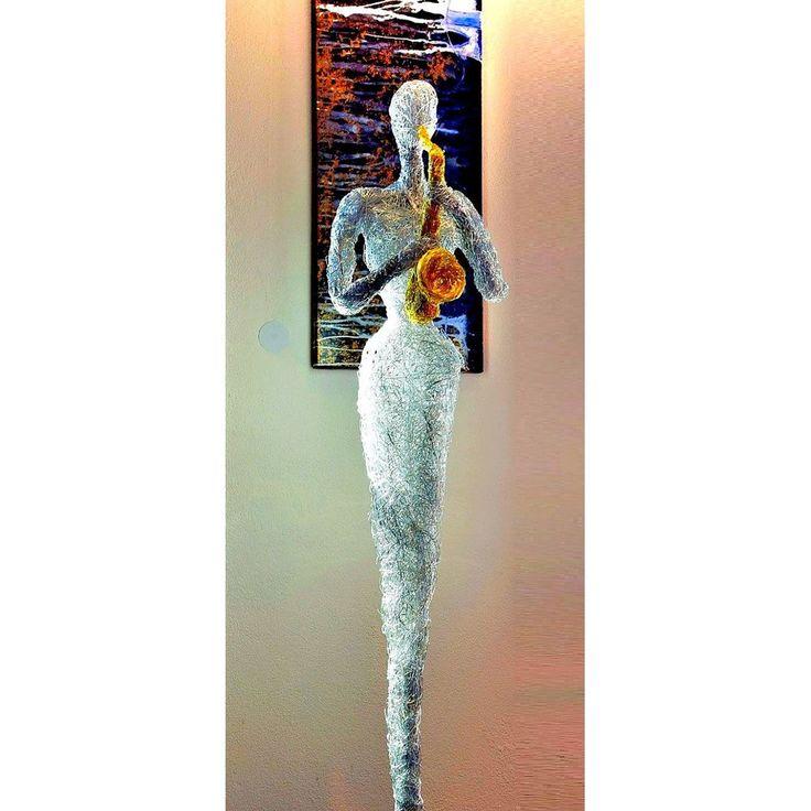 Design Skulptur - Musikerin mit Saxophon -   Höhe ca. 165 cm   Korpus Aluminium eloxiert.  Massiver Holzsockel in schwarz matt.