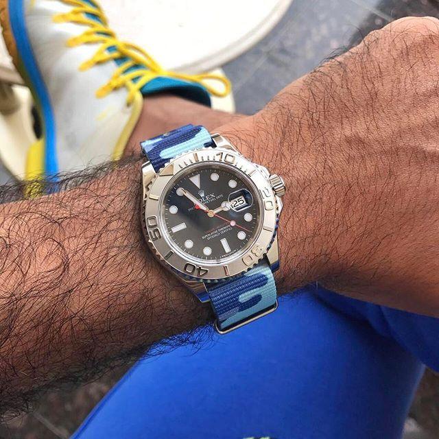 camo azul de @whatchsdotcom en un Rolex Submariner que pertenece a mi amigo @ a.j77.  Gracias Ali!  🙏 #whatchs pida desde ➡️www.whatchs.com⬅️
