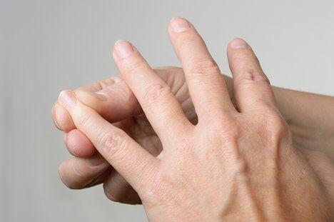 Masáž malíčku vám pomůže zlepšit krevní oběh nebo energeticky odblokovat záda, ramena a šíji; AFPics, shutterstock.com