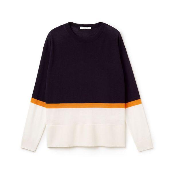 Un pull sportwears lacoste  Pull bleu nuit, orange et couleur vanille, Lacoste, 135 €.