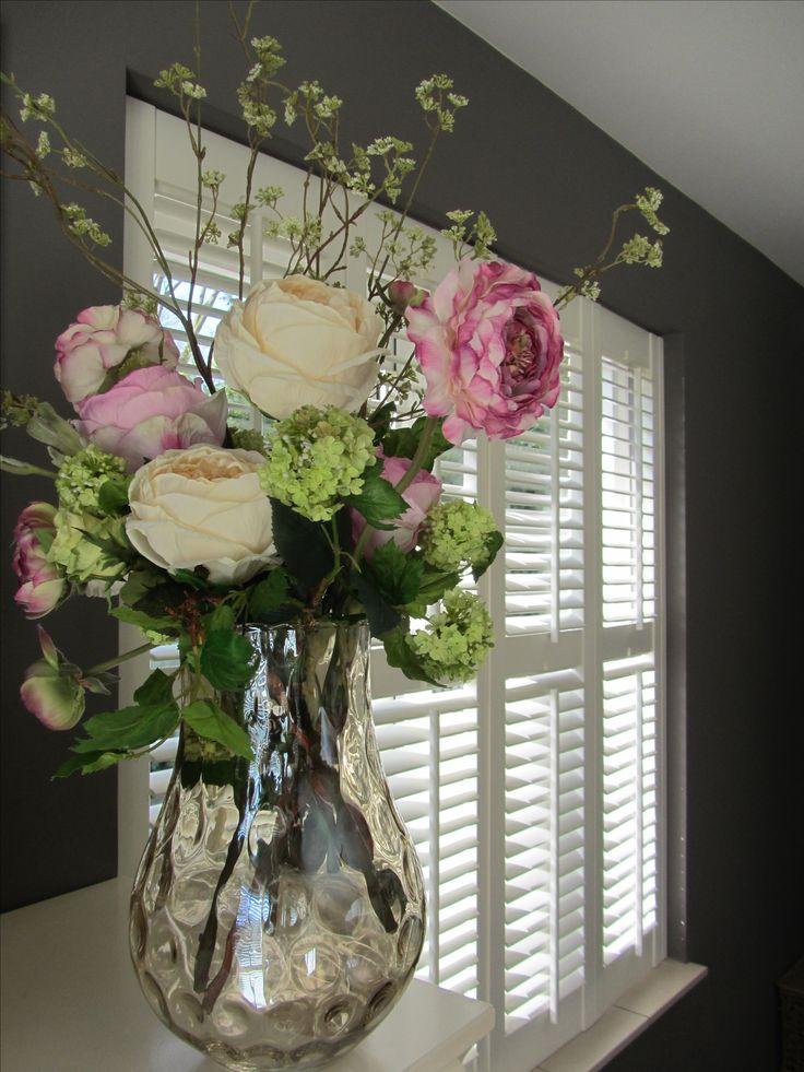 Prachtige Riverdale vaas gevuld met een voorjaarsboeket van verschillende zijden bloemen. www.Abonneefleur.nl