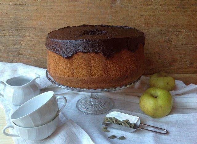 Chiffon cake di mele e cardamomo con glassa al cioccolato