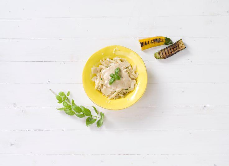 Crema carbonara. Romige pastasaus volgens traditioneel Italiaans recept met kaas en Livar spek.  #food #henri #henribv #drunen #foodservice.