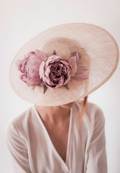 Chapéus de aba larga: modelos elegantes para convidadas com estilo Image: 19