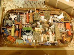Winziges Dorf in einer Kiste aus dem 19. Jahrhundert aus dem Erzgebirge, ausgestellt im …