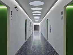 un corridoio illuminato con strisce led bianco naturale