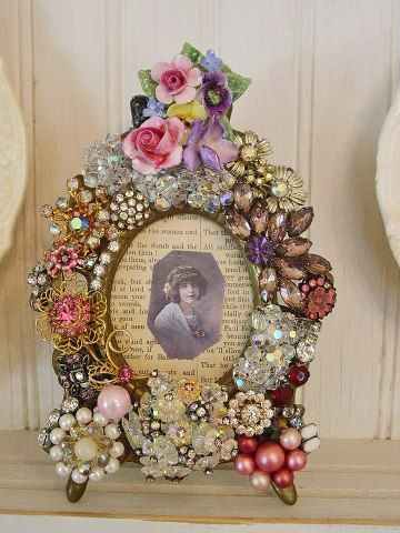 xxxMothers Jewelry, Vintage Jewelry Crafts Ideas, Altered Pictures, Altered Old Picture Frames, Old Pictures Frames Ideas, Altered Frames, Costumes Jewelry, Old Jewelry Art, Altered Art Jewelry