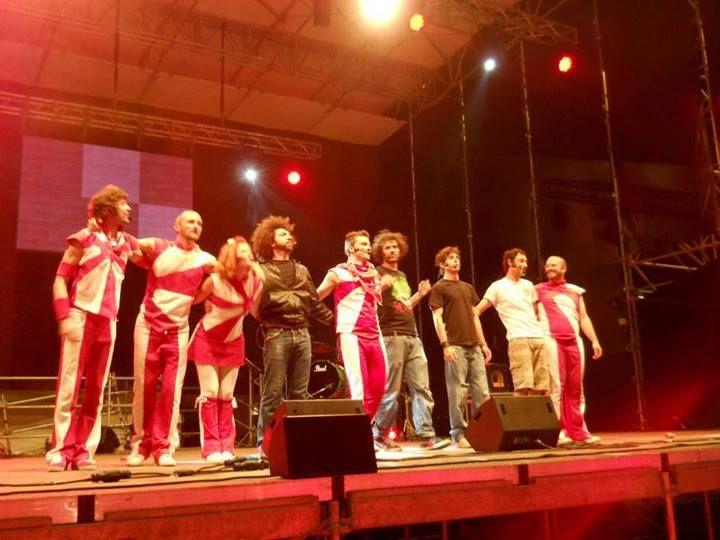 Gran finale per EvoluTV, spettacolo comico-musicale di Poveri di Sodio, Raffaele D'Ambrosio e Andrea Narsi. Qui, con i PanPers e Paolo Casiraghi da Colorado Cafè.