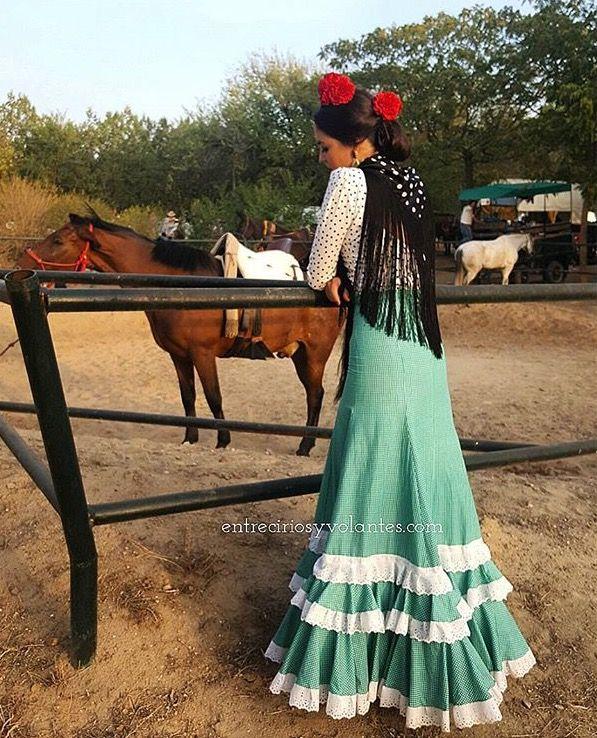 @entreciriosyvolantes Falda flamenca verde con camisa blanca y lunar negro