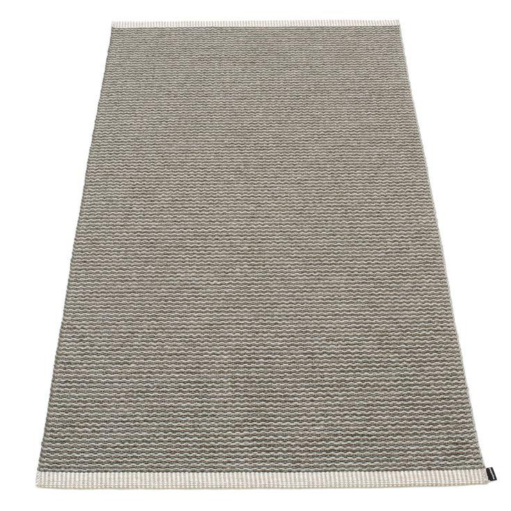 Mono teppe fra Pappelina. Et flott, enkelt og funksjonelt plastteppe produsert i PVC-plast og Polyes...