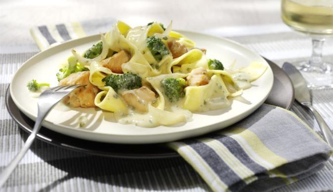 Für alle Pasta-Fans! Herzhafte Lachsstückchen und knackiger Broccoli in cremiger Sahnesauce mit italienischen Tagliatelle – muss man probieren!