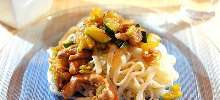 Snelle wokmaaltijd met mie, kippendij en roergebakken groenten