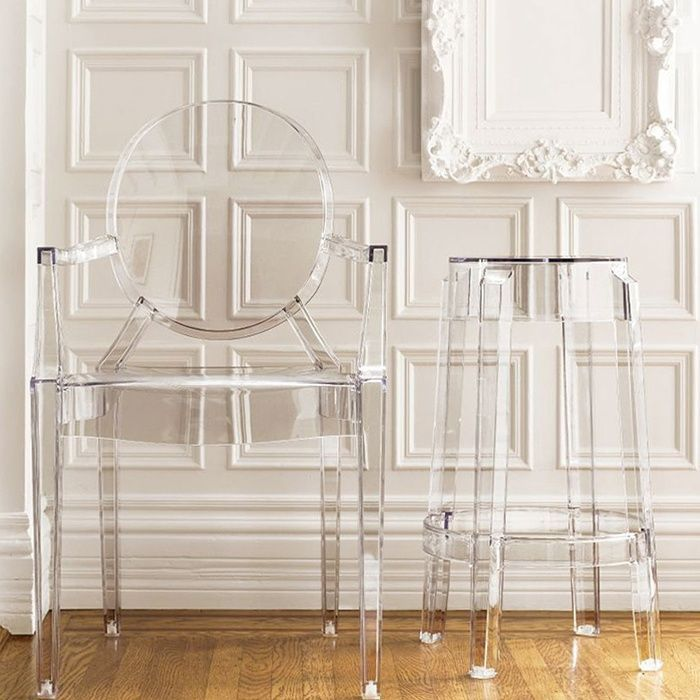 Muebles transparentes Multiplica espacios y decora con naturalidad con muebles y #sillas transparentes. Be water, my friend