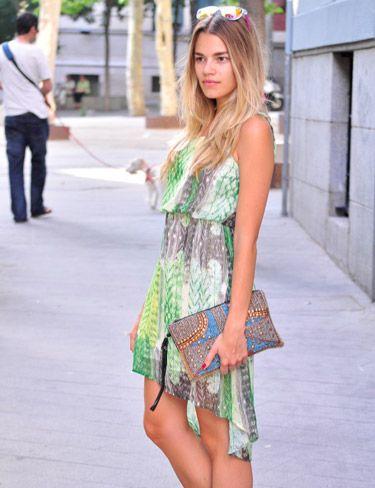 Honedressing lleva vestido estampado plumas, en verde, de Vila Clothes.