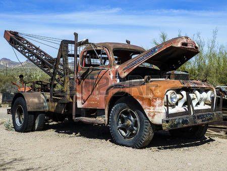 Goldfield Ghost Town, USA - március 3., 2011: régi rozsdás veterán autók Goldfield Ghost Town, USA. Vissza az 1HE 1890 Goldfield dicsekedett 3 szalonok, panzió, vegyeskereskedés, sörfőzde és iskola ház. photo